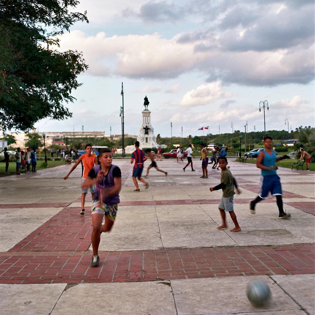 Another #havana #habana #cuba #streetphotography pic in my #photoshow @laurahuron @boscosmercantile beautiful #saugerties #upstate #newyork home store. #futbol #soccer #color #film #120film #hasselblad #kids #streetlife want to buy a #16x20 #archival #print? #hmu